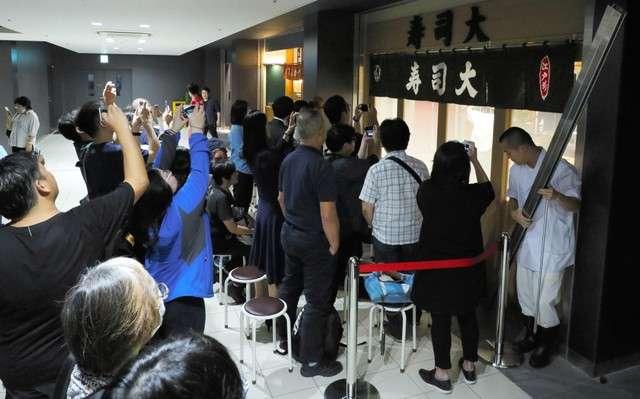 眾人在場等待「壽司大」開店(圖/潮日本)