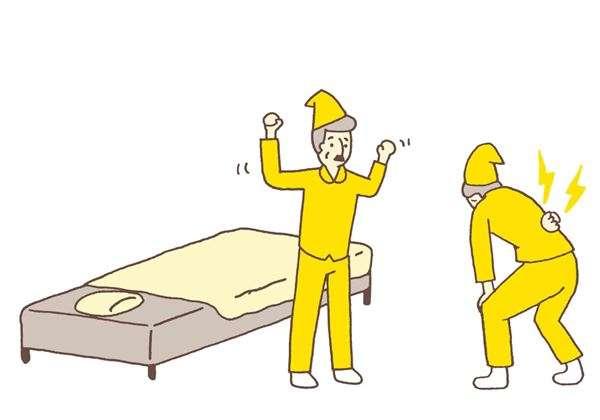 床太軟會使腰往下沉,太硬則使腰椎長時間處於緊繃狀態,兩者都會造成腰痛。若實在無法拿捏床鋪的軟硬度,在榻榻米上鋪床棉被也是一種選擇。(圖/華人健康網提供)