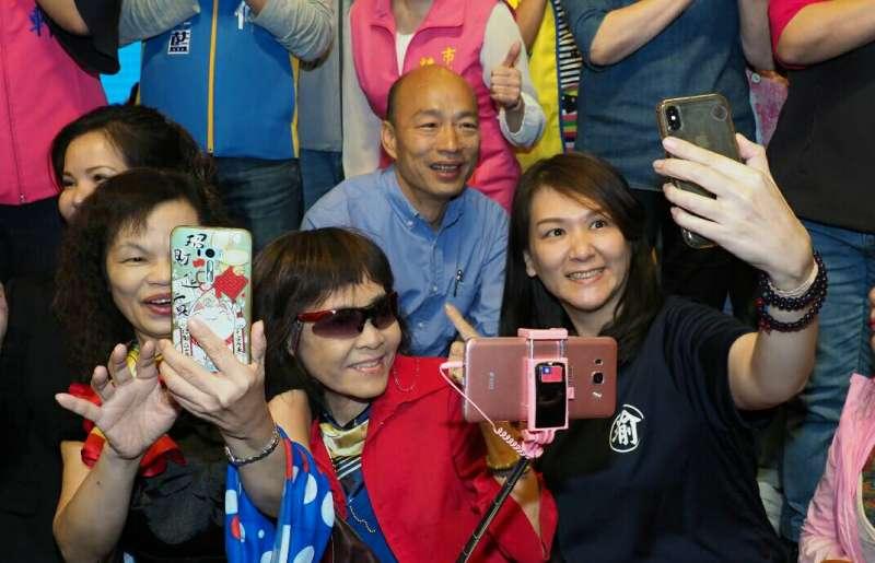 《高雄姐妹力挺韓國瑜之友會》10月11日成立,韓國瑜和支持者玩自拍。(新新聞林瑞慶攝).JPG