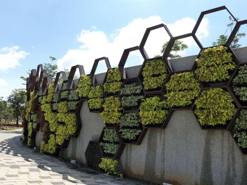 蜂潮劇場外牆利用蜂巢設計元素,呼應外埔成功的養蜂成就。(圖/王秀禾攝)