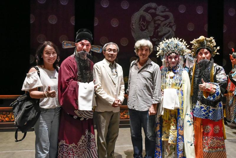 左起國光團團長張育華、唐文華、傳統藝術中心主任陳濟民、作者、劉海苑、劉化蒂(國光劇團提供)