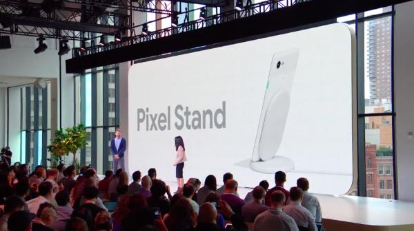 Pixel Stand讓用戶插上Pixel手機,無線充電。(圖/Google直播YouTube截圖,數位時代提供)