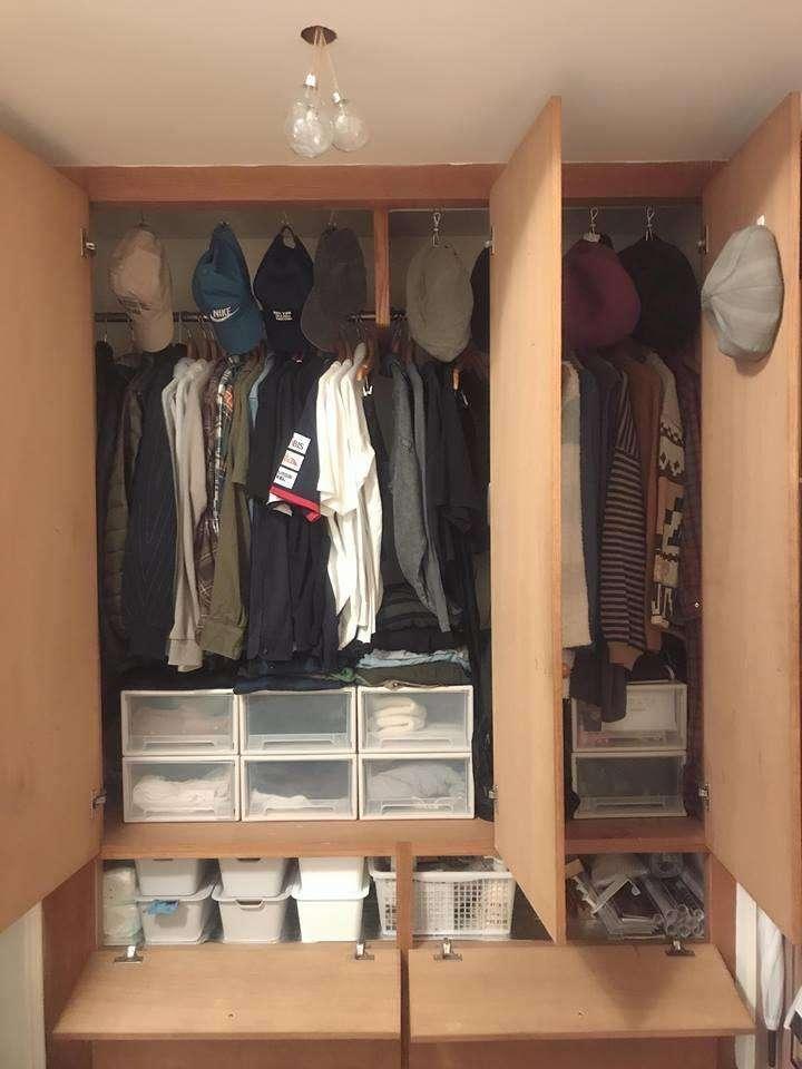利用收納盒為小物進分門別類,上方留空處,聰明運用掛勾收納體積小的帽子。 (圖/設計家 Searchome提供)