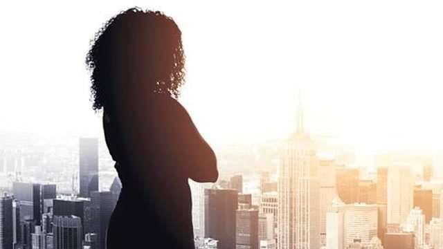 金融、法律行業競爭激烈。加班、超時工作是家常便飯。(圖/BBC中文網)