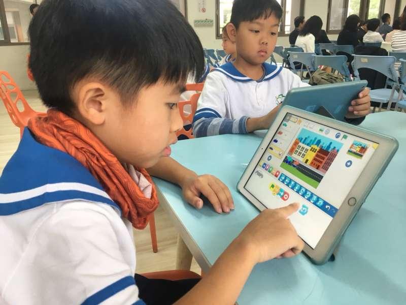 國小學生實際操作Scratch程式語言,利用積木式的拖拉指令建立邏輯概念。(圖/新竹市政府提供)
