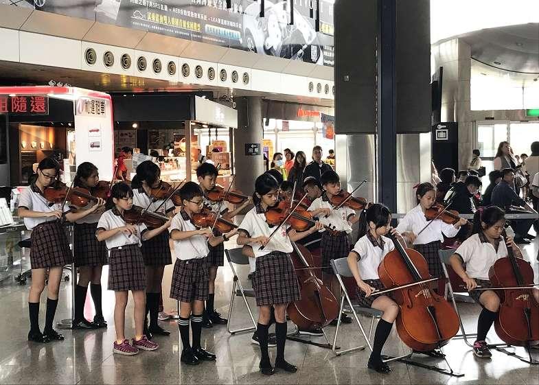 六家國小弦樂團悠揚的樂音,讓高鐵站往返旅客駐足忘返。(圖/高鐵新竹站提供)
