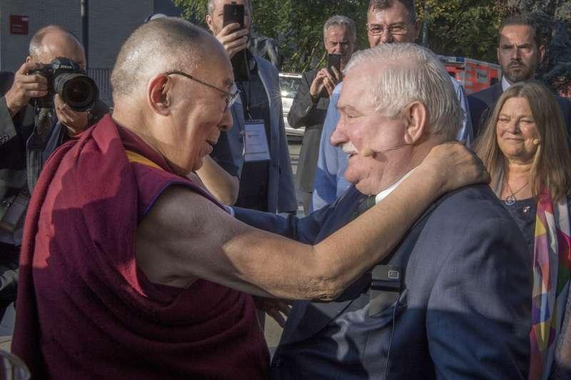 達賴喇嘛與華勒沙,2018年9月。(AP)