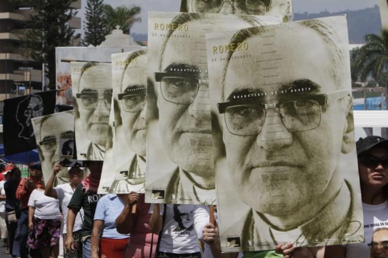 薩爾瓦多人相當尊崇樞機主教羅梅洛,圖為2011年3月24日、羅梅洛被刺殺的31週年紀念日活動,薩爾瓦多首都聖薩爾瓦多的人們舉著他的畫像走在街上(美聯社)