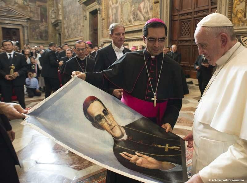 2015年10月底,教宗方濟各看著薩爾瓦多樞機主教羅梅洛的畫像。教宗方濟各上任後,羅梅洛終於有機會封聖(美聯社)