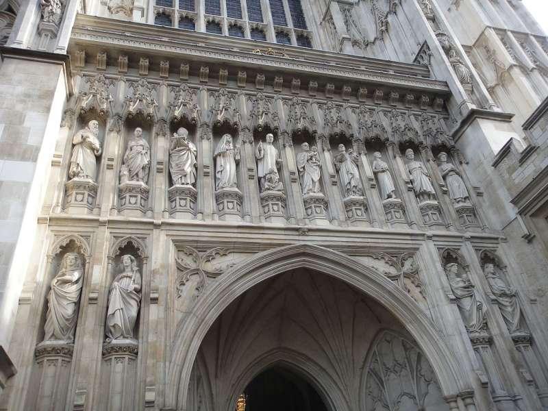 羅梅洛的雕像(上排右五)佇立於英國倫敦西敏寺西大門上方(Wikipedia/Public Domain)