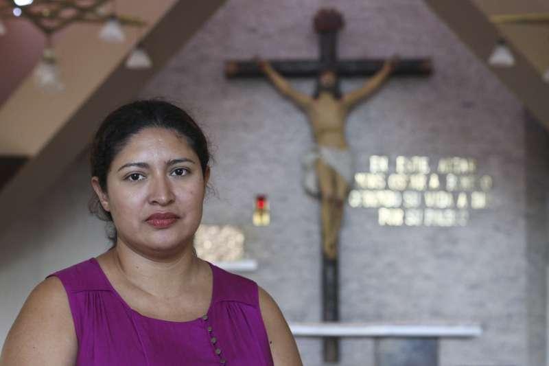 薩爾瓦多婦女佛羅雷絲堅信是已故樞機主教羅梅洛施展神蹟,救了她一命。本月5日,佛羅雷絲來到當年羅梅洛遭到暗殺的教堂祈禱(美聯社)