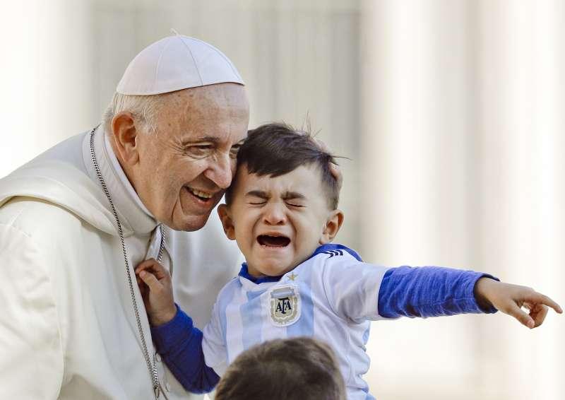 教宗方濟各與兒童(AP)