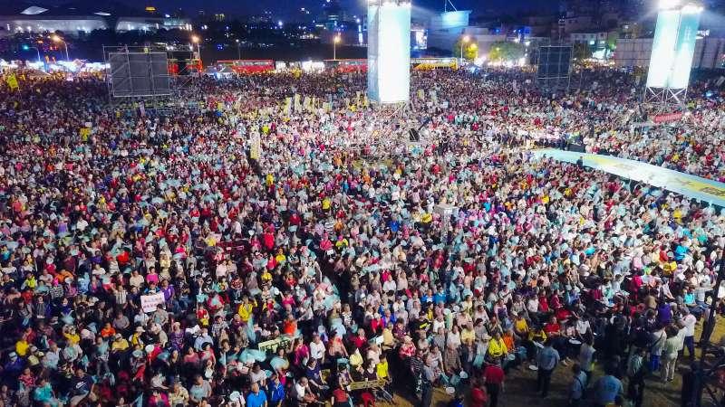 20181014_民進黨高雄市長參選人陳其邁晚間在鳳山舉行競選辦公室晚會,現場湧入3萬人。(陳其邁辦公室提供)
