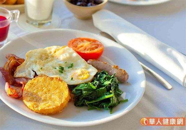 若民眾能把握早餐時間,攝取富含高蛋白質的早餐,不僅能降低人體脂肪合成機會;更有幫助減少當天的飲食攝取量、增加飽足感,並穩定血糖的作用,可謂益處良多。(圖/華人健康網提供)