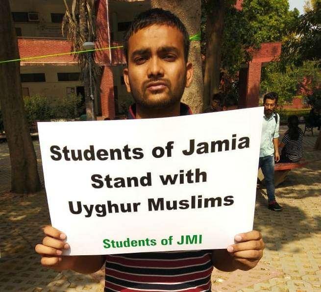 印度抗議新疆維吾爾再教育營:印度學生在新德里國立伊斯蘭大學舉牌抗議。(張峰成提供)