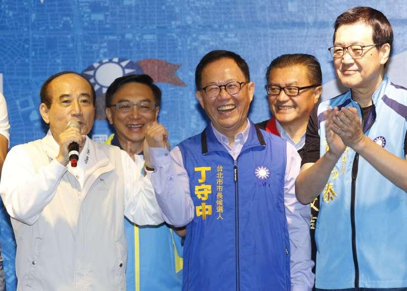 黨中央窮哈哈,國民黨候選人要錢得靠王金平(左一)。(郭晉瑋攝)