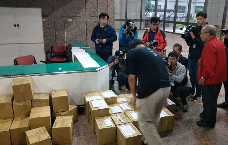 台北高等行政法院裁定913連署書併入906公投案後,以核養綠將二萬多份連署再道中選會。(胡宏銘∕核能流言終結者聊天室臉書粉絲頁)