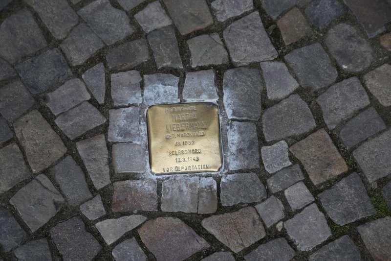 銅磚上記載著罹難者姓名與生前的住址,此為紀念藝術家之妻Frau Martha Liebermann的絆腳石。(圖/維基百科)