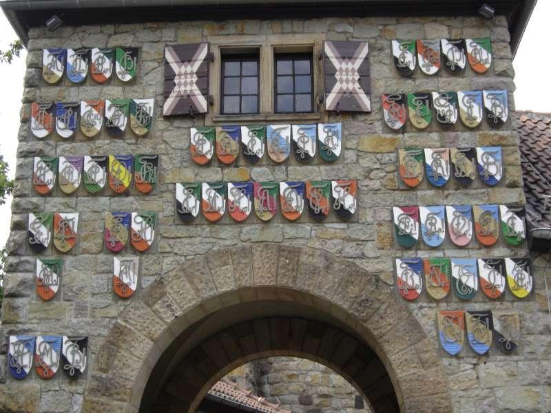 魏因海姆大學生兵團總部外懸掛58個分兵團徽章(圖/維基百科)