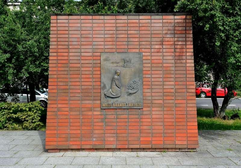 華沙的「華沙之跪」紀念浮雕(圖/維基百科)