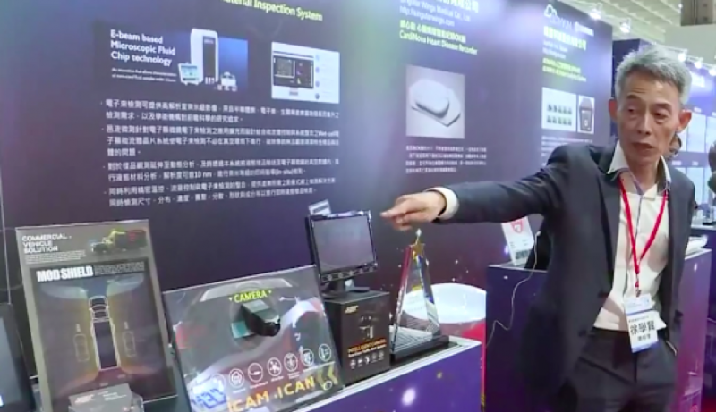 奇美車電總經理徐學賢說明如何透過這台小小的攝像頭,便能透過演算法分析道路障礙。(圖/攝:風傳媒)