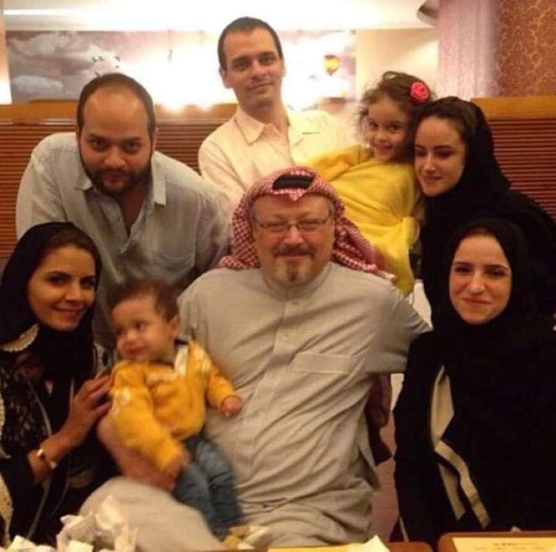 沙烏地阿拉伯著名異議記者哈紹吉(Jamal Khashoggi)生前全家福(https://twitter.com/DemocracyJourno/status/1052994586921095170)