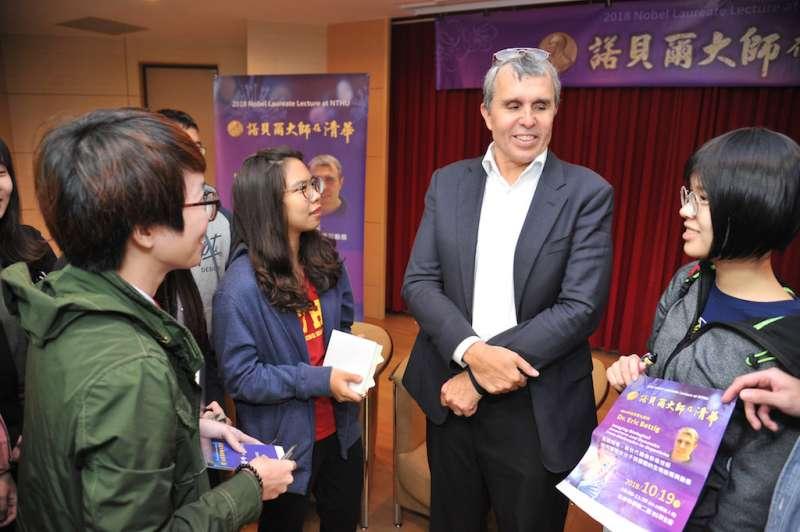 清華學子在講座後向諾貝爾大師貝齊格博士請益。(圖/清華大學提供)