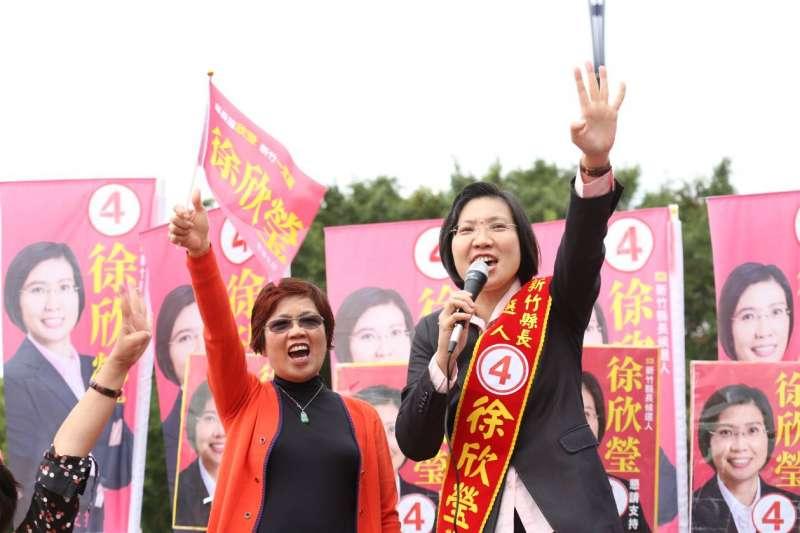 民國黨主席徐欣瑩抽中4號,團隊高喊「勢如破竹 勢必當選」。(圖/徐欣瑩競選總部提供)