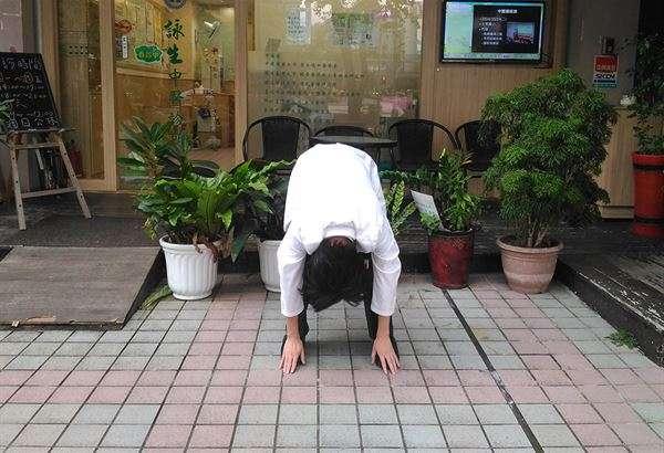 多做對腎氣有益的導引之術,如八段錦第六式:「雙手攀足固腎腰」以強固腰腎、增強性功能。(圖片提供示範/華人健康網/吳建東中醫師)