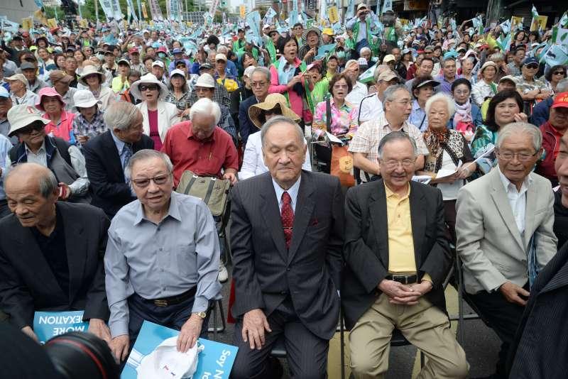 20181020-喜樂島聯盟今(20)日在台北舉行「全民公投反併吞」,獨派大老、前總統資政彭明敏(右3)出席,並提出 彭明敏提出三點主張「反併吞」而前總統府資政吳澧培(右2)也出席參加。(甘岱民攝)