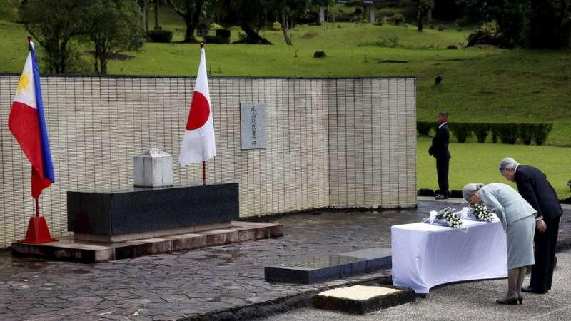 2016年1月,日本明仁天皇和皇后在菲律賓祭掃在二戰中戰死的日本士兵。(圖/BBC中文網)