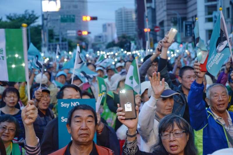 20181020-喜樂島聯盟今(20)日在台北舉行「全民公投反併吞」,民眾唱島嶼天光。(甘岱民攝)