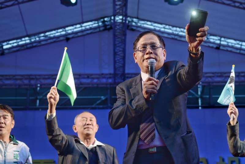 20181020-喜樂島聯盟今(20)日在台北舉行「全民公投反併吞」,民視董事長郭倍宏最後上台喊話替活動。(甘岱民攝)