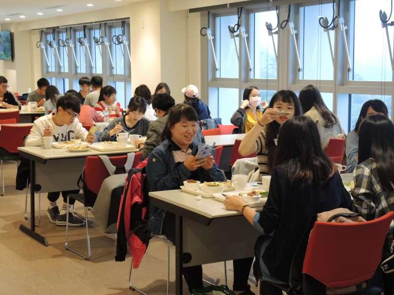 參訪同學們開心享用午餐,還拍照打卡留念。(圖/龍巖提供)