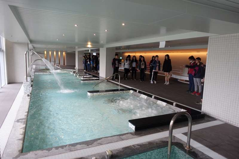 參訪龍巖總部的SPA區,飯店等級的經營規格讓同學大開眼界。(圖/龍巖研提供)