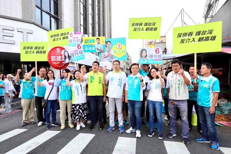 20181020-民進黨的高雄市議員候選人,20日早上各自於選區路口,同步宣傳「反併吞」活動。(陳其邁競選辦公室提供)