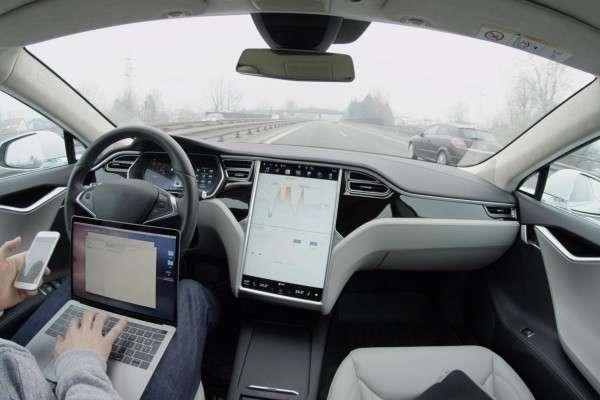 根據特斯拉Autopilot系統手冊中的說明,這套系統「僅供在高速公路和有限的道路上使用」,且雙手不宜離開方向盤。(數位時代提供)