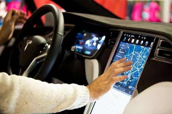馬斯克在Twitter上表示,由於官網上自動駕駛(Autopilot)的選項會讓客戶「產生太多混淆」,因此決定暫時撤下這個選項,直到公司準備好將技術推出為止。(圖/數位時代提供)