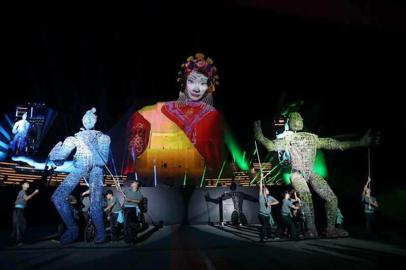 衛武營國家藝術文化中心於10月13日開幕,晚間開幕式《眾人的派對》,吸引許多民眾到場觀賞。(圖/中央社記者吳家昇攝|文化+提供)