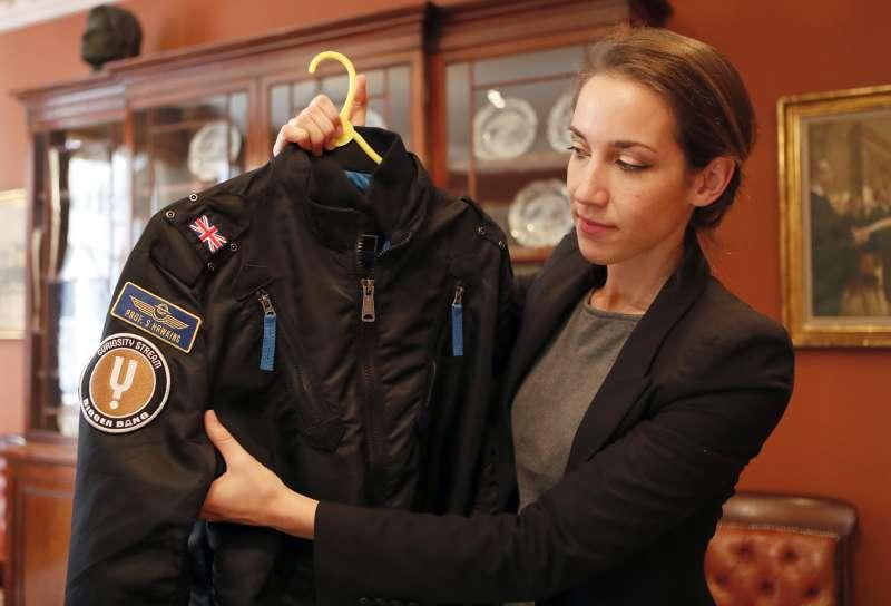 霍金穿過的夾克上縫有名牌。(美聯社)