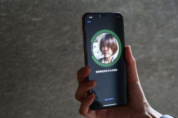 在iOS 12中,Face ID可設定兩張臉孔,可以上同一個人,也可以是不同人。(圖/智慧機器人網提供)