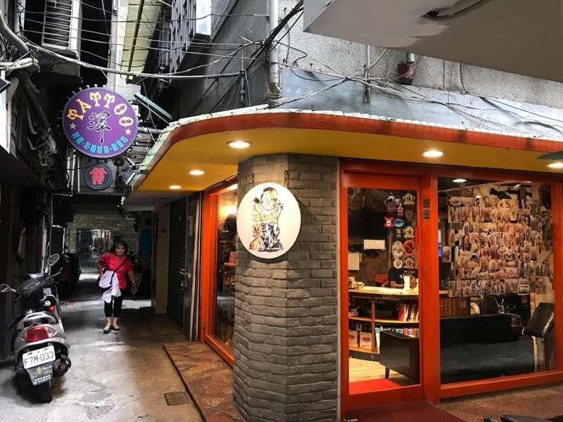 店外的裝潢設計跳脫刻板印象中的刺青店,讓人想進去一探究竟。(圖/喀報提供 何浚捷攝)