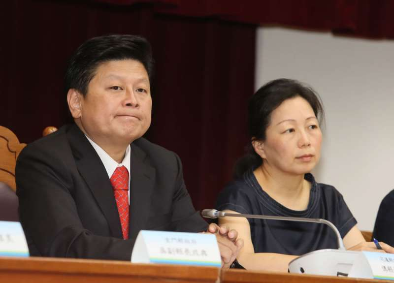 傅崑萁(左)遭解職的空窗期裡,縣府的運作幾乎陷入停擺狀態。(柯承惠攝)