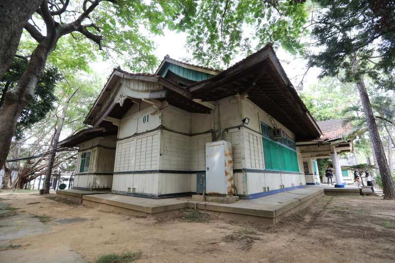 新竹收容所位在市定古蹟「新竹神社」內,其中做為行政中心的房舍,被指定為市定古蹟,吹熄燈號後,成為官員留念的場景之一。(新竹市政府提供)