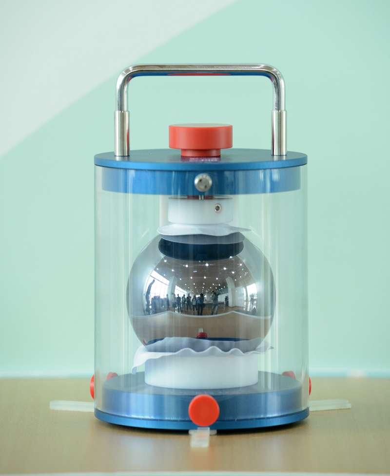 工研院率先投入矽晶球質量新標準,此矽晶球為矽28純度超過99.99 %、直徑為93.7 mm且真圓度為數十奈米的完美球體。(圖/工研院提供)