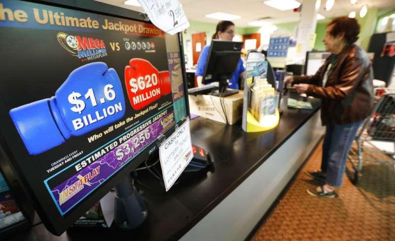 愛荷華州一間雜貨店的螢幕上寫著:兆彩(Mega Millions)獎金16億美元!(美聯社)