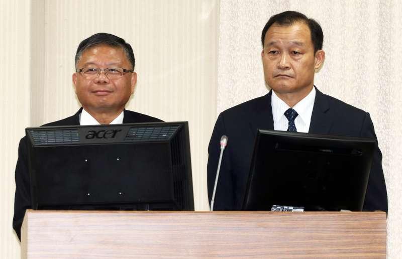 20181024-立法院外交國防委員會,國防部副部長張冠群上將(左)、軍備局長房茂宏中將(右)。(蘇仲泓攝)