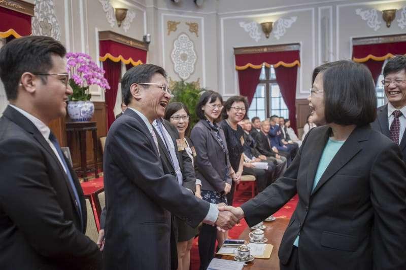 20181025-總統蔡英文25日上午接見商總理事長賴正鎰及45位金商獎得主。(總統府提供)