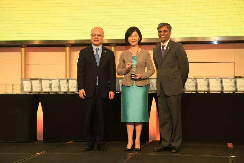 台達應邀出席2018 Greenbuild中國大會,並獲頒2018年度「綠色先鋒」大獎,台達品牌長郭珊珊(中)代表領獎,美國綠色建築委員會全球總裁兼首席執行官Mahesh Ramanujam(右)與北亞區董事總經理杜日生(左)為台達頒獎