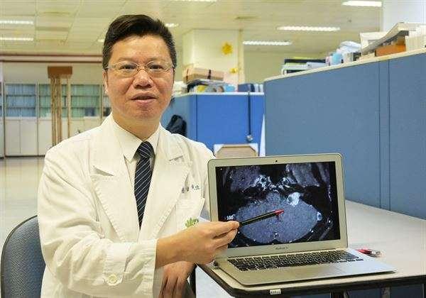 黃俊豪醫師(圖中)強調,年輕族群,若長期耳鳴,容易增加未來腦瘤的機會。(圖片提供/華人健康網/大林慈濟醫院)